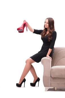 Mujer teniendo difícil elección entre zapatos