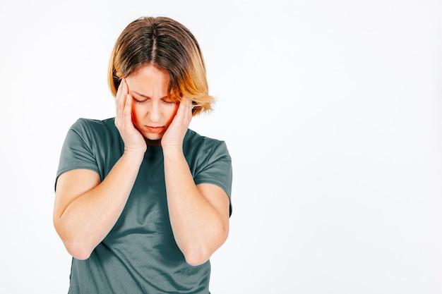Mujer teniendo migraña