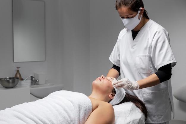 Mujer, teniendo, un, tratamiento facial