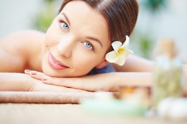 Mujer teniendo un tratamiento de spa