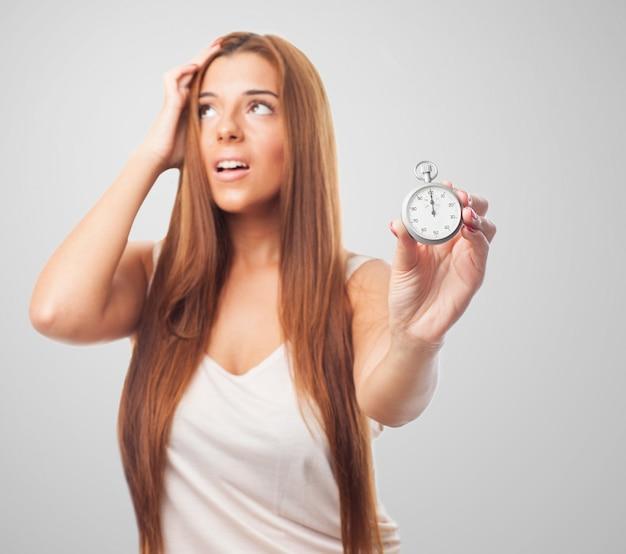 Mujer tensionada con el cronómetro en la mano