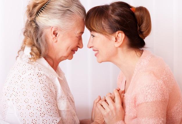 Mujer de la tercera edad con su cuidador en casa