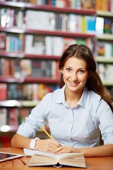 Mujer terminando su redacción