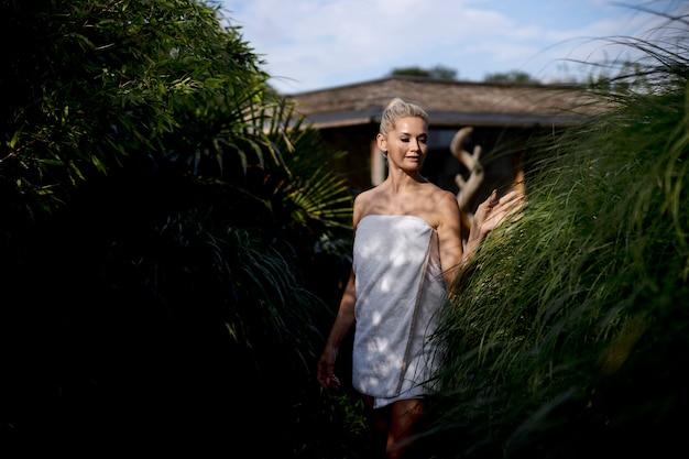 Mujer con un tiempo de calidad en un hotel spa al aire libre