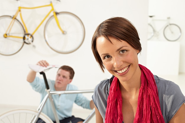 La mujer está en la tienda de bicicletas.