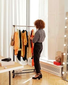 Mujer en la tienda probándose ropa