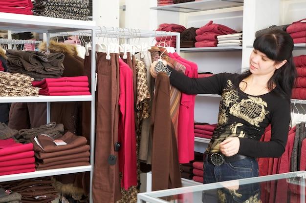 La mujer en la tienda de ropa.
