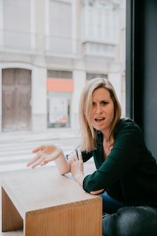La mujer tiene un argumento en el café