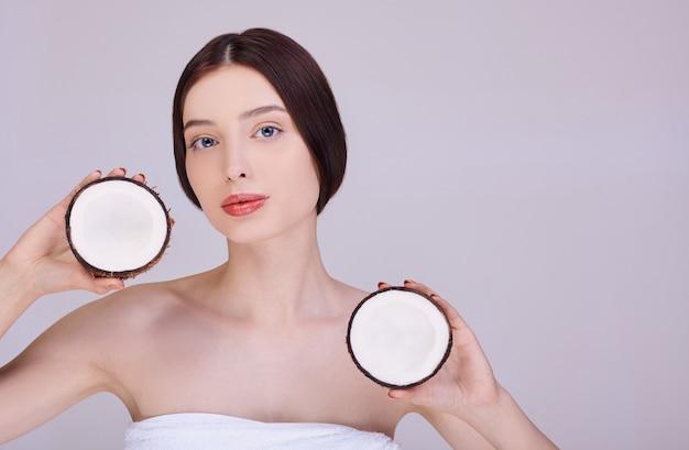 Mujer tiene cocos en sus manos