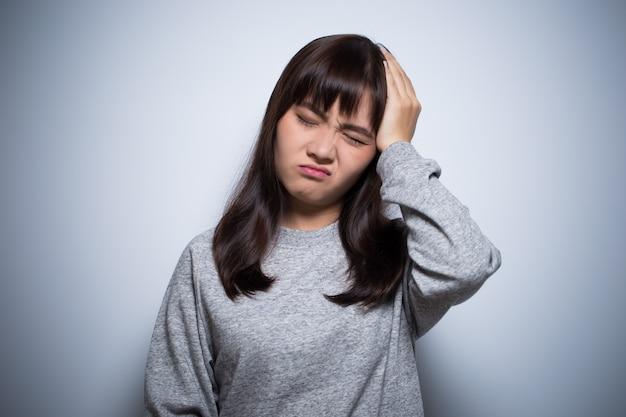 La mujer tiene dolor de cabeza