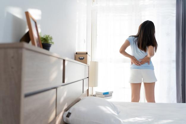 Mujer tiene dolor de espalda