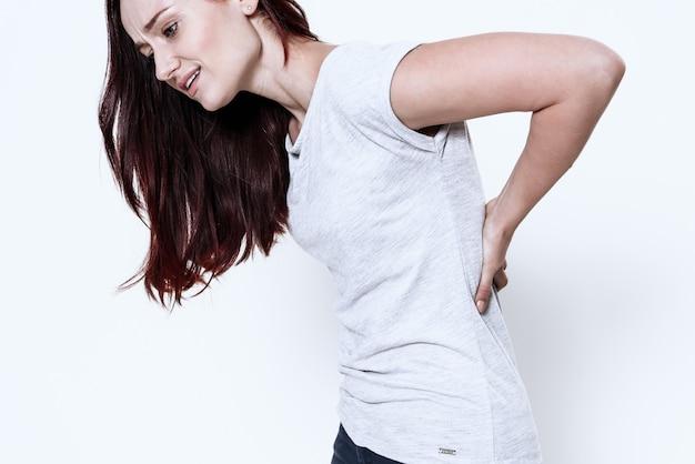 La mujer tiene dolor en la espalda.
