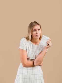 La mujer tiene dolor de estómago porque la menstruación