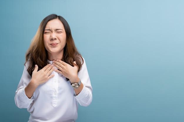 Mujer tiene dolor de garganta