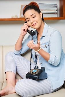 Mujer tiene una llamada telefónica