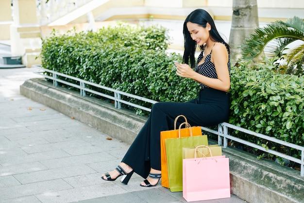 Mujer tiene mensaje en línea