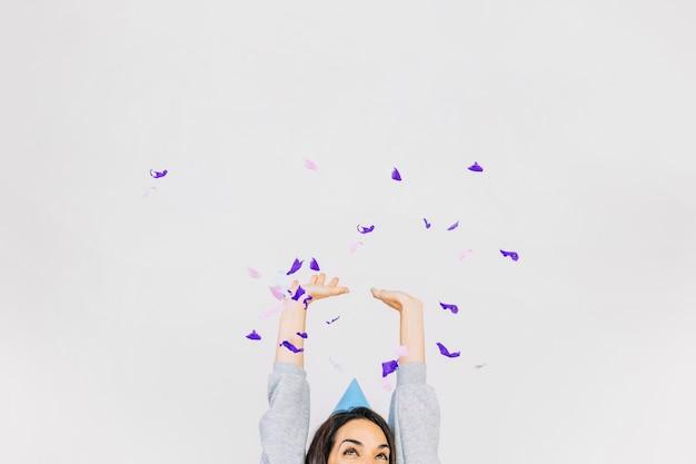 Mujer tirando confeti
