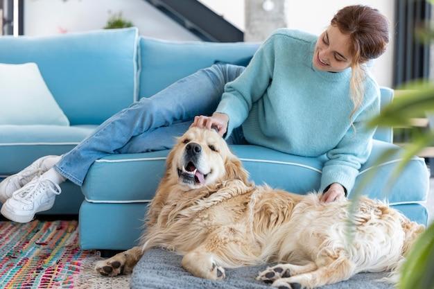 Mujer de tiro completo acariciar a perro