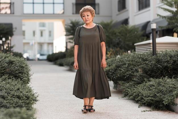 Mujer de tiro completo caminando por el callejón
