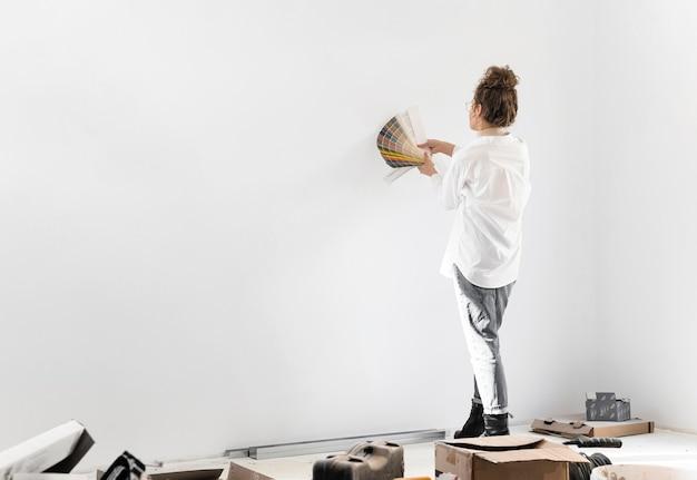Mujer de tiro completo eligiendo el color