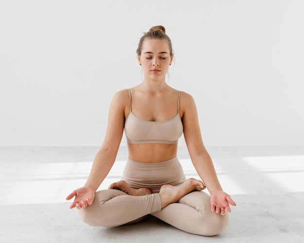 Mujer de tiro completo meditando