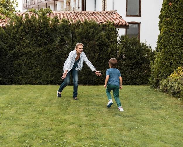 Mujer de tiro completo y niño corriendo