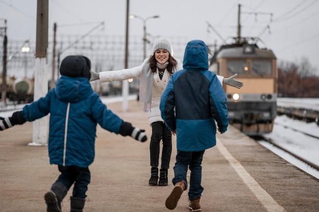 Mujer de tiro completo y niños al aire libre