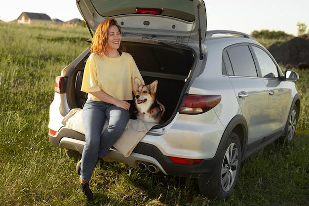 Mujer de tiro completo con perro
