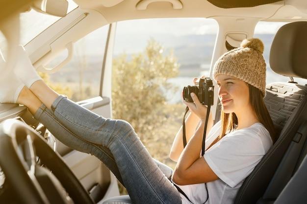 Mujer de tiro completo tomando fotos
