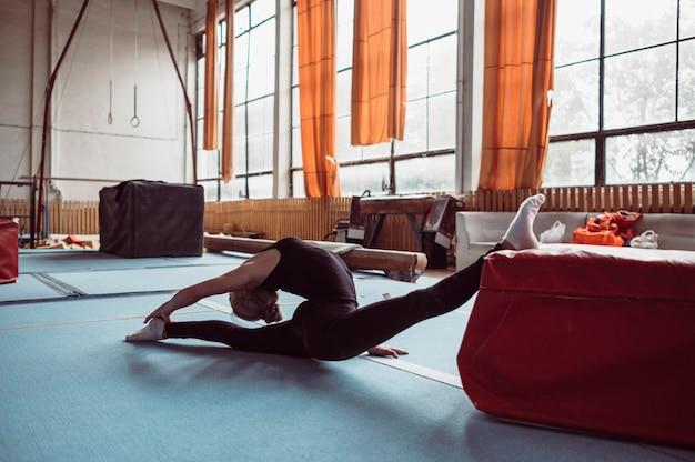 Mujer de tiro largo ejercicio para juegos olímpicos de gimnasia