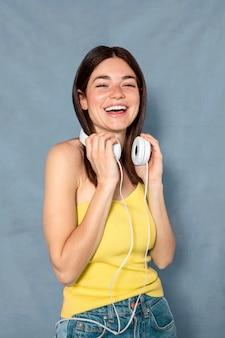 Mujer de tiro medio con auriculares
