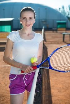 Mujer de tiro medio en el campo de tenis.