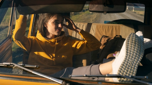 Mujer de tiro medio en coche