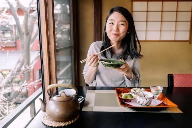 Mujer de tiro medio comiendo