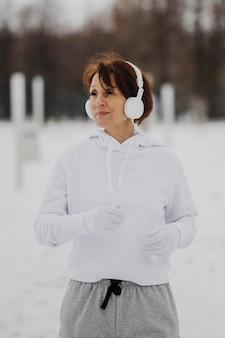 Mujer de tiro medio corriendo fuera