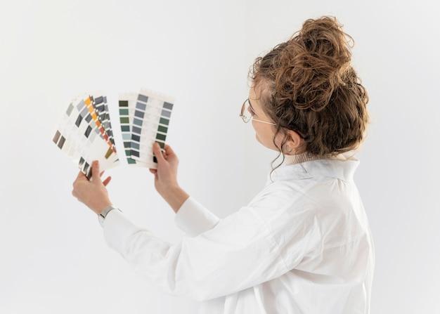 Mujer de tiro medio eligiendo color