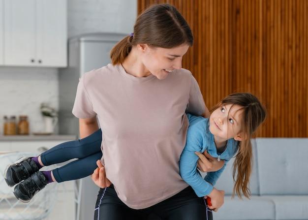 Mujer de tiro medio entrenando con niño