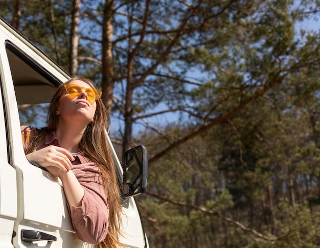 Mujer de tiro medio en furgoneta
