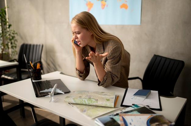 Mujer de tiro medio gritando en el teléfono