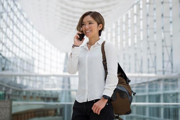 Mujer de tiro medio hablando por teléfono