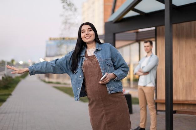 Mujer de tiro medio haciendo autostop