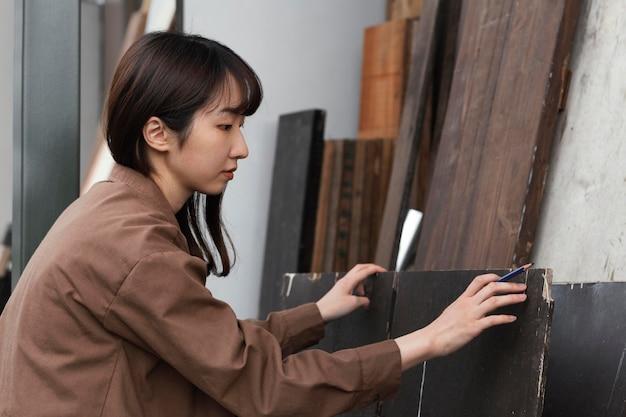 Mujer de tiro medio haciendo trabajo artesanal