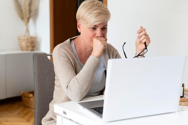 Mujer de tiro medio con laptop