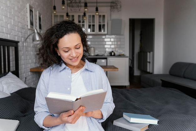 Mujer de tiro medio leyendo