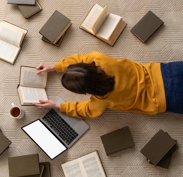 Mujer de tiro medio con libros