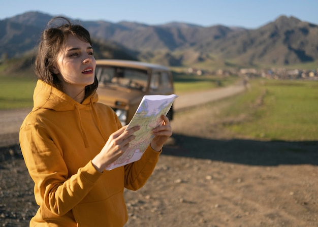 Mujer de tiro medio con mapa