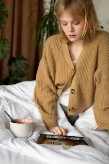 Mujer de tiro medio mirando tablet