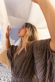 Mujer de tiro medio posando con tela