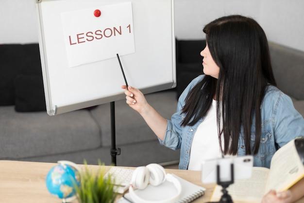 Mujer de tiro medio presentando lección