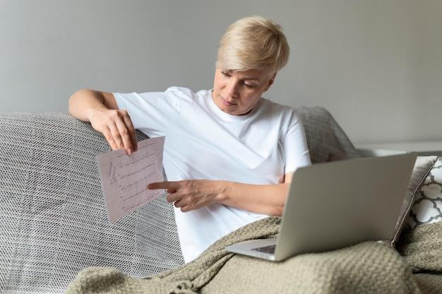 Mujer de tiro medio con resultados de electrocardiograma